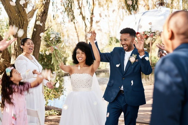 If you're wondering what to say if you're officiating a wedding, these experts have got you covered.