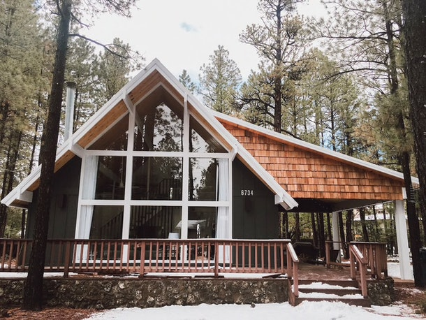 A luxury cabin in Navajo County, Arizona can fit multiple couples for a weekend.