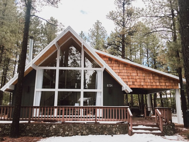 The 1975 luxury cabin on Airbnb is the perfect place to stay during a winter trip to Pinetop-Lakeside, Arizona.