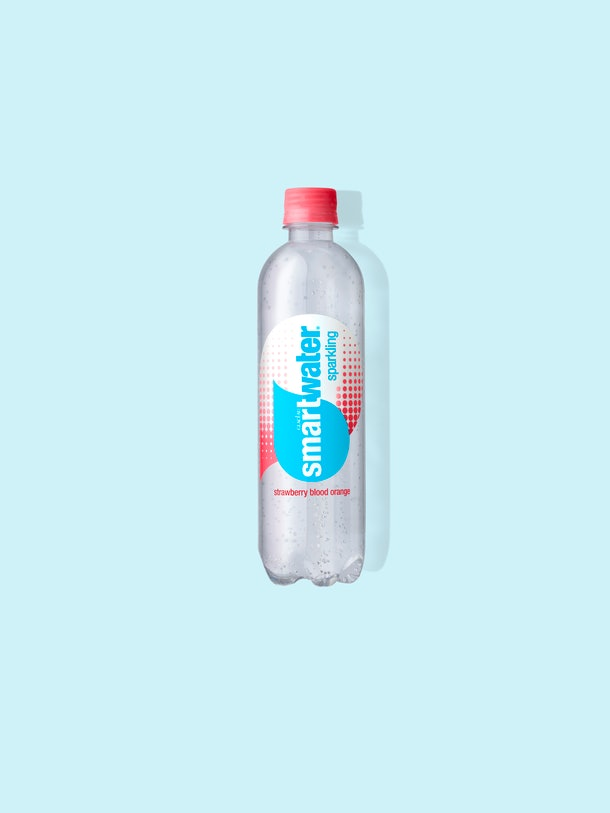 Ces nouvelles saveurs pétillantes de Smartwater incluent 3 options rafraîchissantes 7ac6b4d8 9712 476d 8926 162241be6076 smartwater sparkling strawberry blood orange blue background
