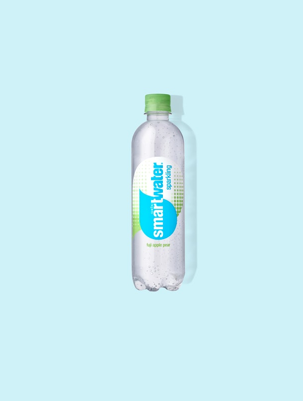 Ces nouvelles saveurs pétillantes de Smartwater incluent 3 options rafraîchissantes 8944c31d fad2 4299 9b4b 7a97280a188c smartwater sparkling fuji apple pear blue background