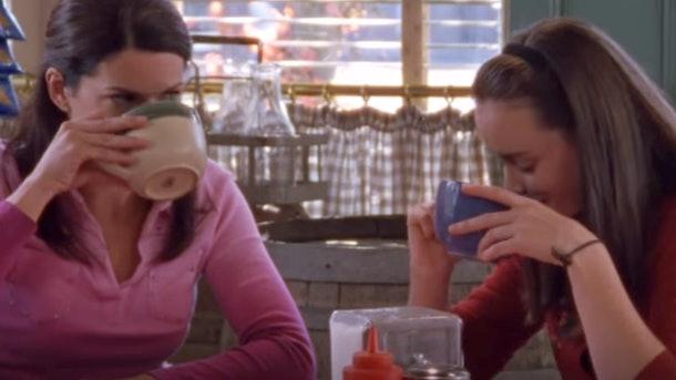 Rory e Lorelai tomando café
