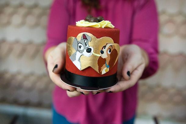 """Une femme tend un gâteau """"Lady and the Tramp"""" pour la Saint Valentin à Disney."""