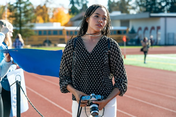 TRINKETS (L to R) QUINTESSA SWINDELL as TABITHA FOSTER in episode 205 of TRINKETS Cr. AUGUSTA QUIRK/AWESOMENESSTV/COURTESY OF NETFLIX © 2020