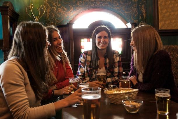 La photo d'un groupe de femmes buvant de la bière est parfaite pour les légendes des brasseries sur Instagram.