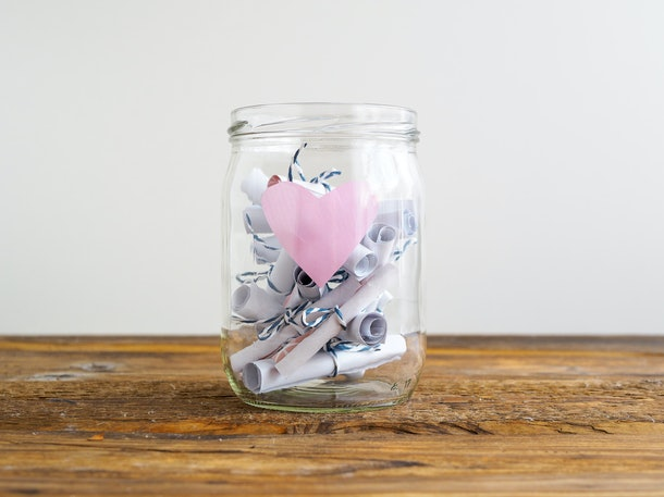 Free one-year anniversary gift ideas include a date night jar.