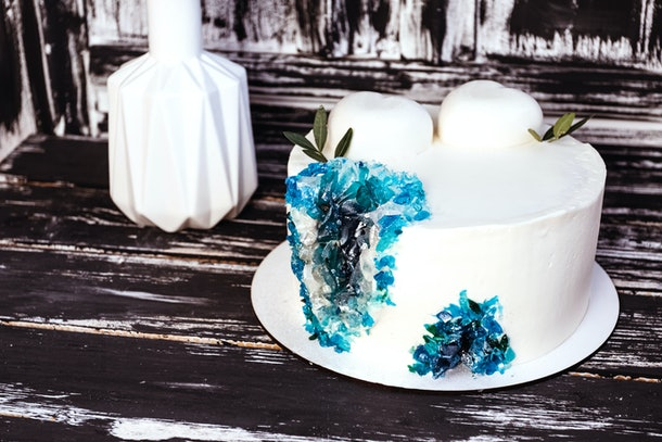 Geode cake, white cream cake with blue crystals.